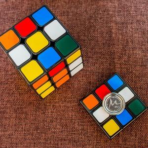 【指尖飛輪】X【小丸號】方塊轉轉☆不鏽鋼☆雷雕對蓋☆Fidget Spinner(指尖陀螺、手指陀螺)☆超高質感  贈送小丸號XD三階魔術方塊